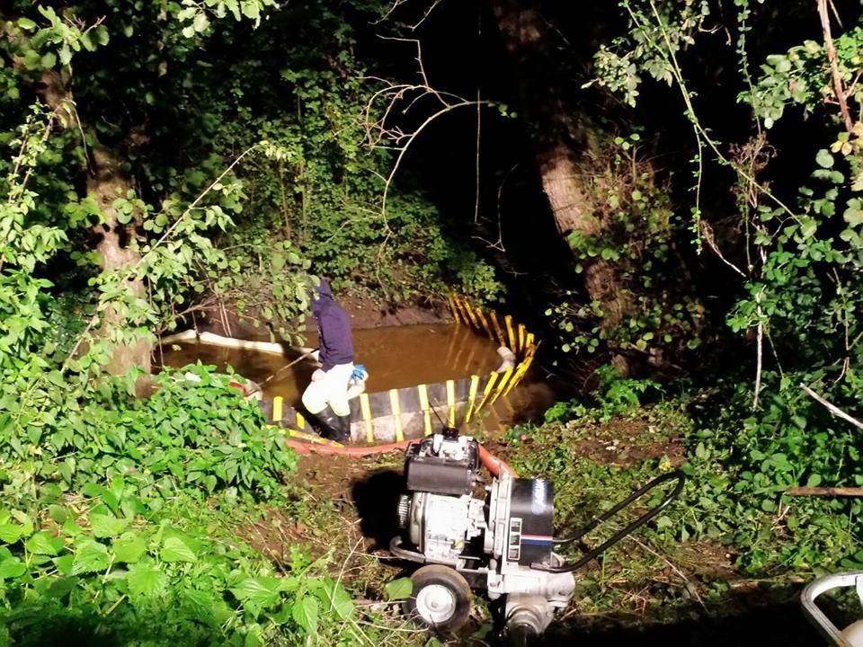 I lavori di bonifica presso il canale di via Valtellina