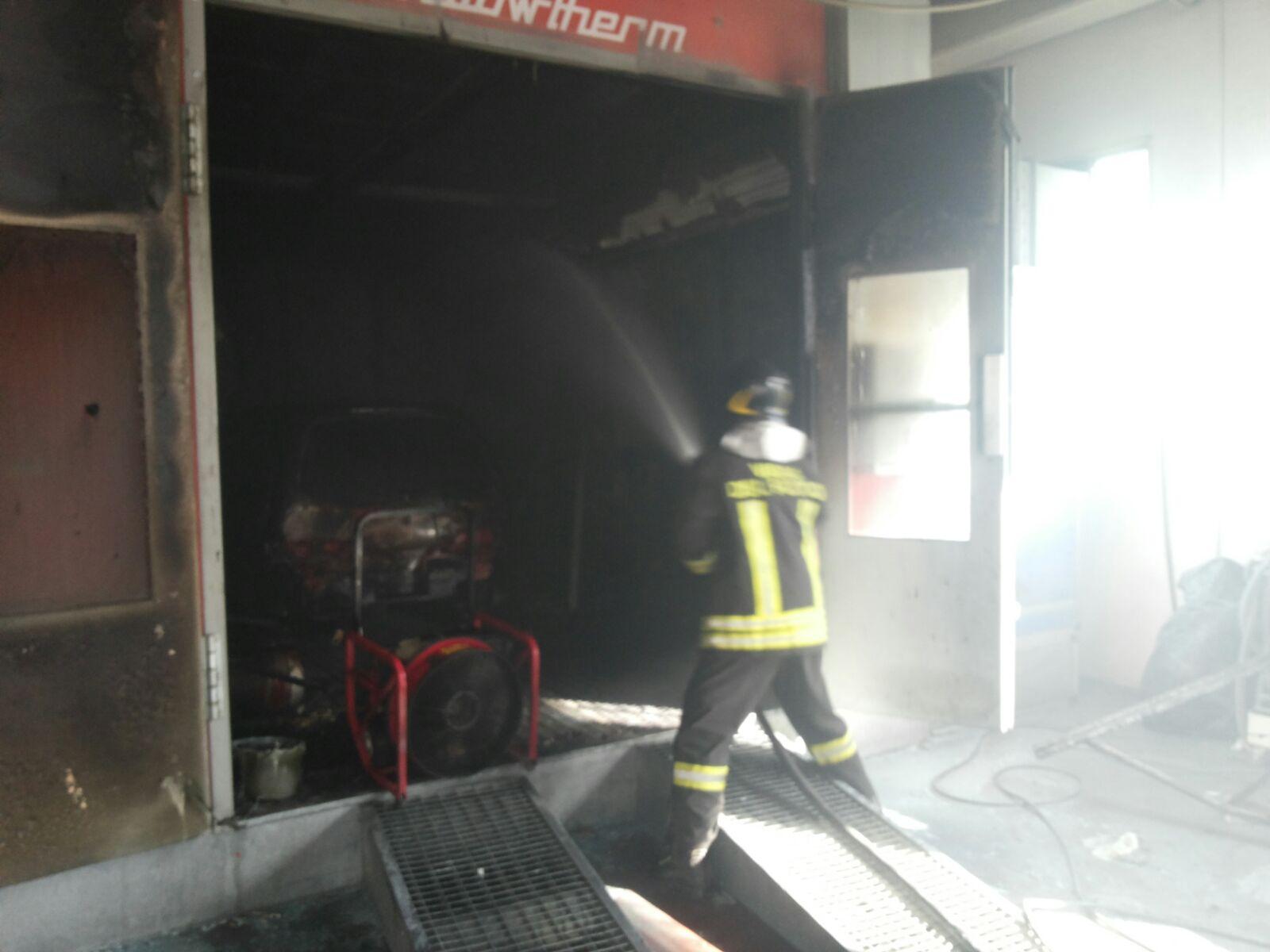 Le fiamme all'interno del forno della carrozzeria