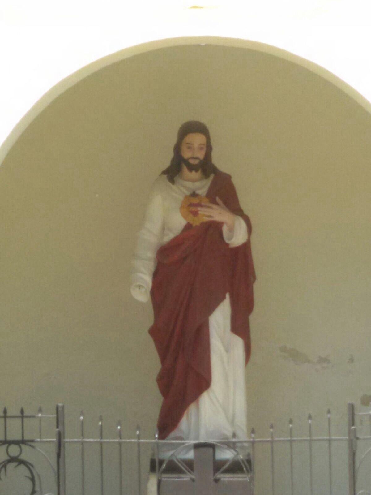La statua mutilata del Sacro Cuore