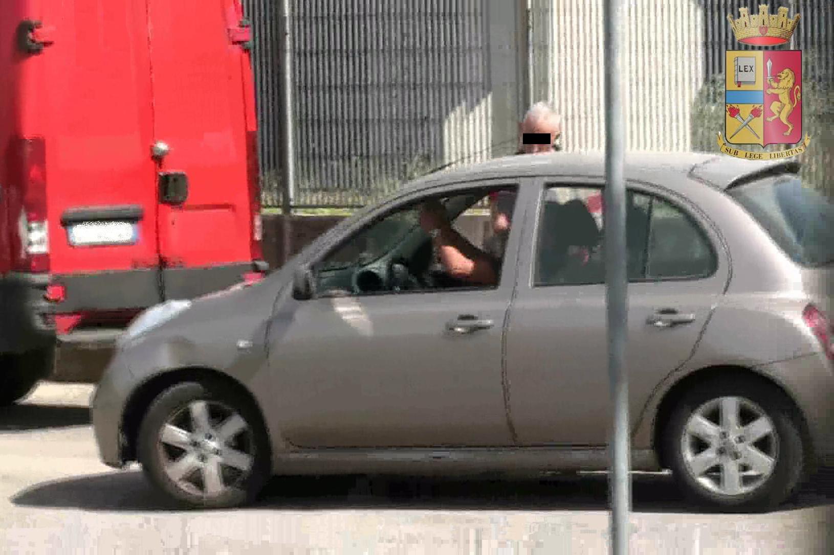 Lo scambio della merce fotografato dalla Polizia