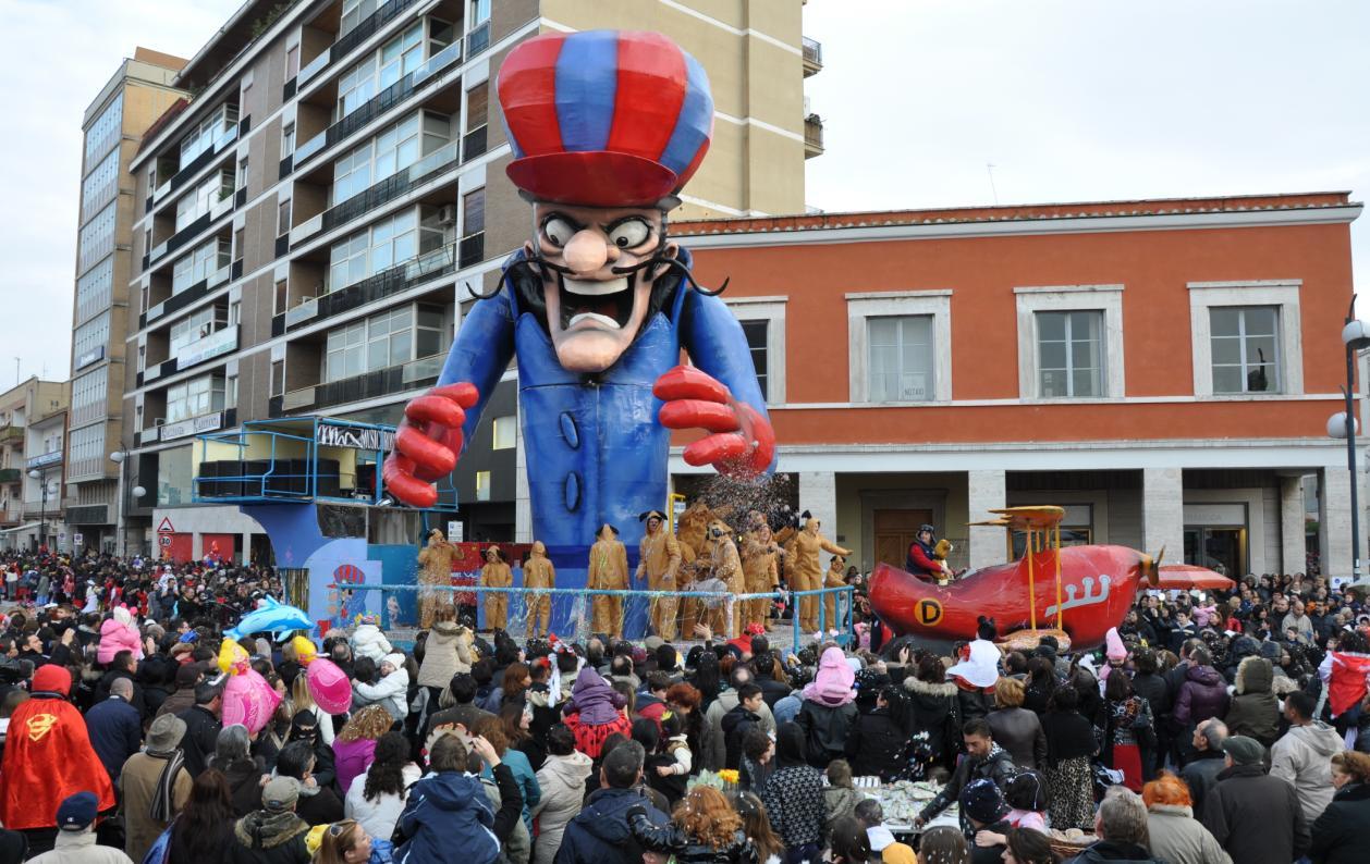 Latina Martedì Grasso Con I Carri Allegorici Il Carnevale Si