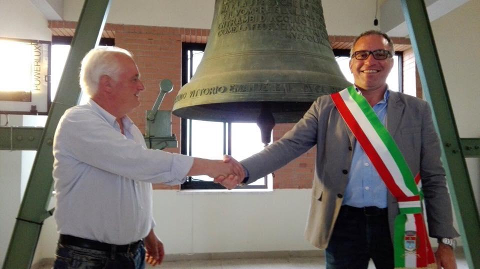 Una bellissima foto scattata all'indomani delle elezioni di Pontinia: Eligio Tombolillo passa il testimone a Carlo Medici