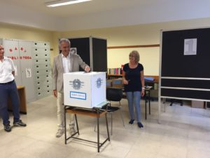 Damiano Coletta nel seggio di via Sezze