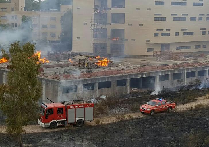Il cantiere devastato dalle fiamme