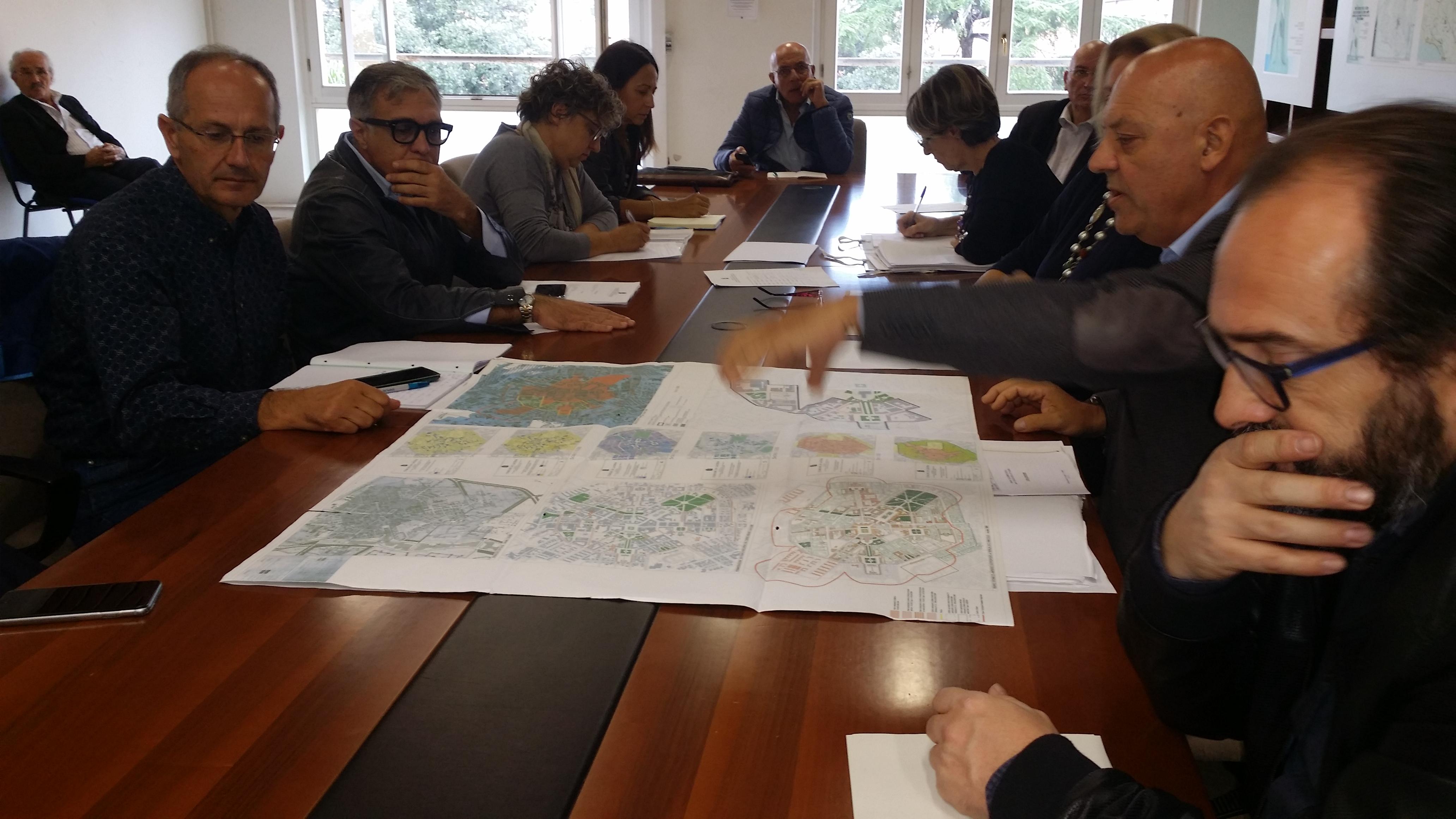 Foto scattata durante una recente seduta della commissione urbanistica