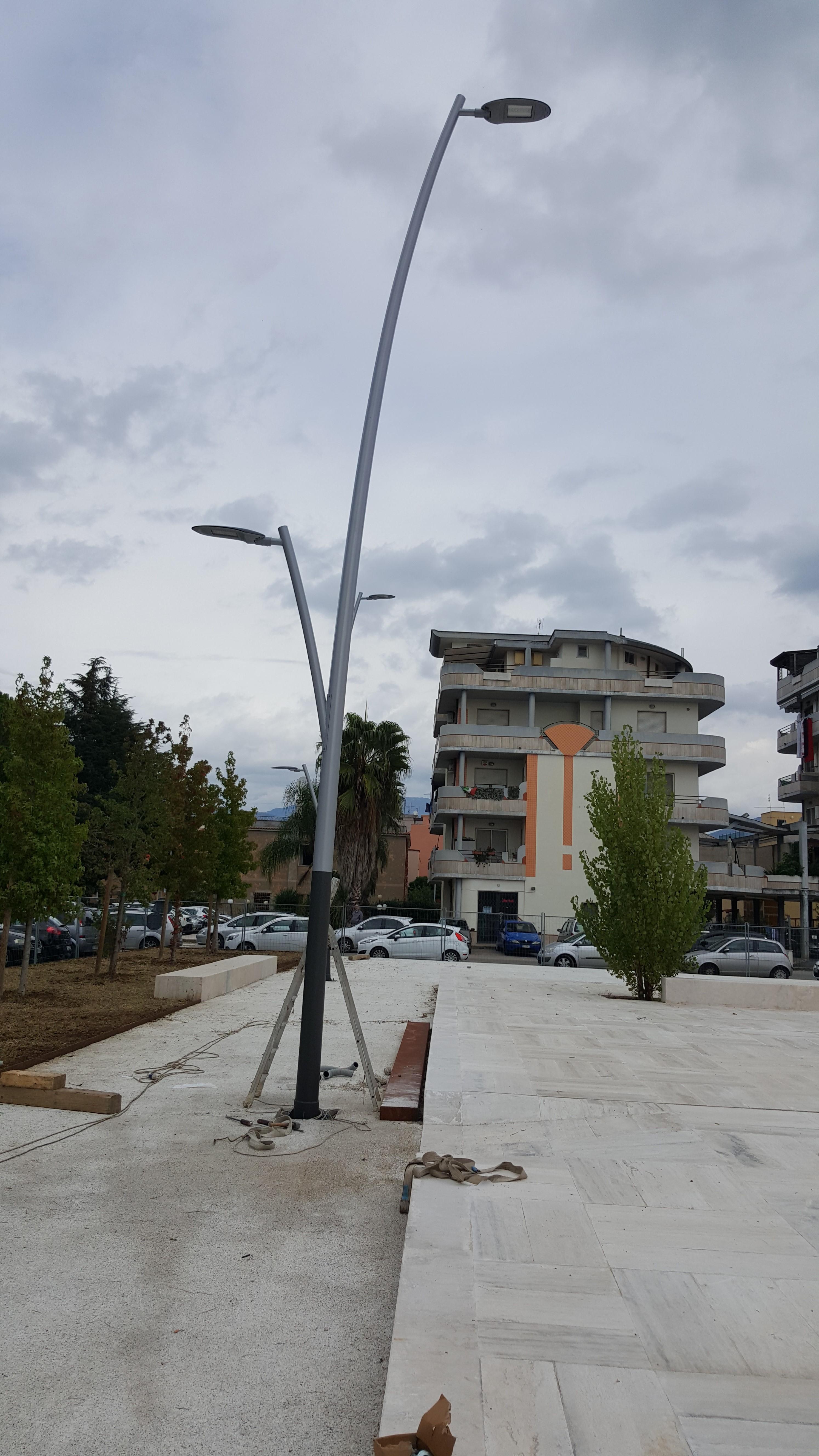 Uno dei nuovi lampioni in piazza dell'Ambrosia
