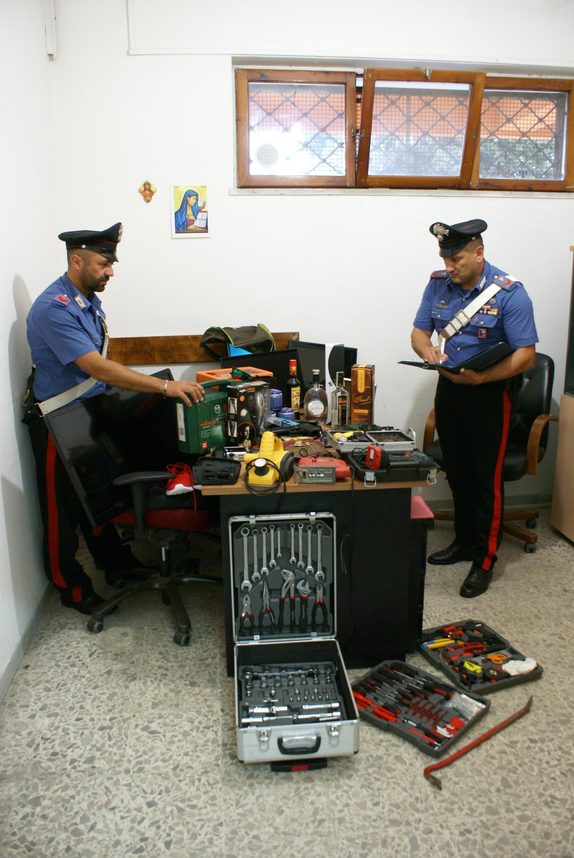 Il materiale sequestrato a casa del romeno arrestato per il furto nella casa dell'omicidio