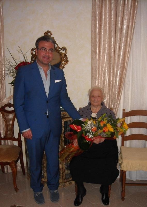Il sindaco Andrea Campoli e la centenaria Filomena Ciarlo