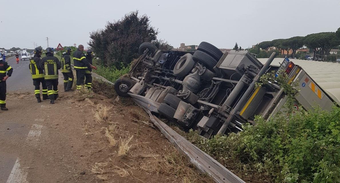 Pontina, incidente stradale: camion si ribalta, strada chiusa. Interviene eliambulanza