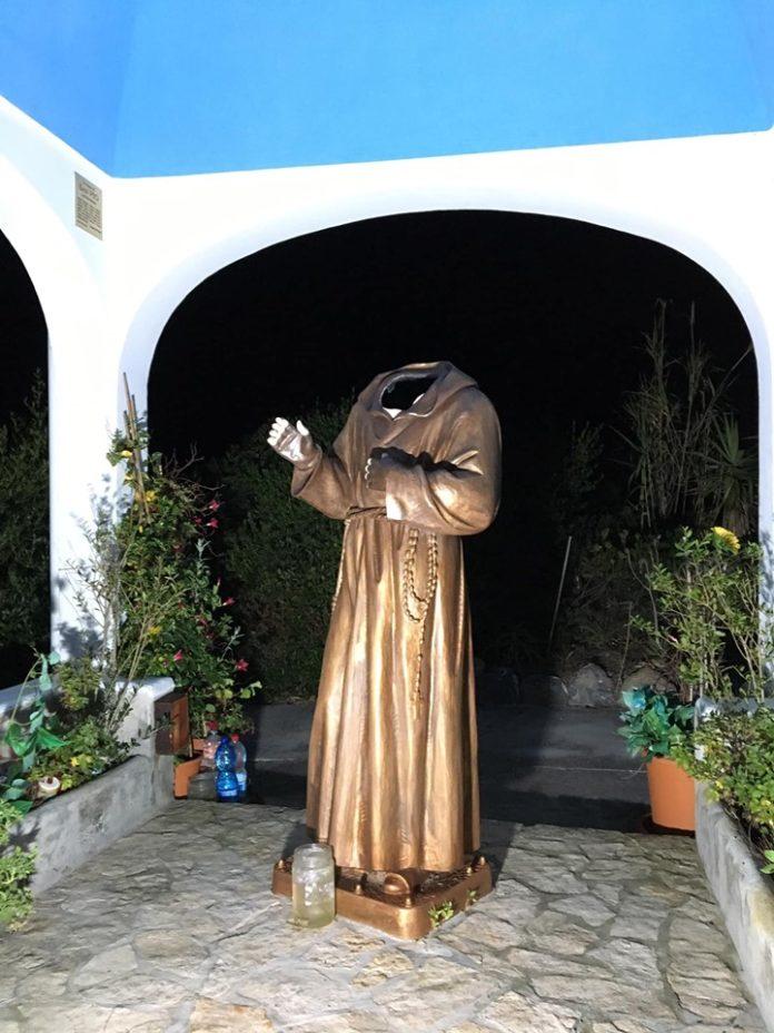 decapitata la statua di Padre Pio